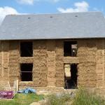 Maison piliers en bauge et remplissage paille