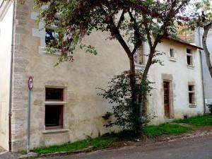 taille de pierre: façade enduite avec fenêtres taillées et remaçonnées