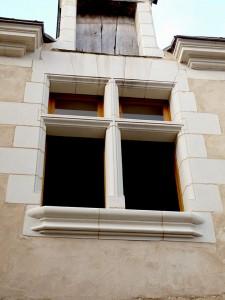 taille de pierre: dépose, taille et maçonnerie d'une fenêtre à meneau en tuffeau