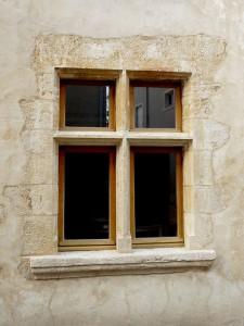 taille de pierre: taille et réfection d'un fenêtre à meneau en pierre coquillière