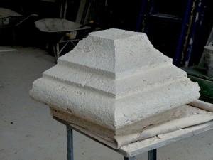 Taille de pierre: partie de chapiteau taillée et bouchardée