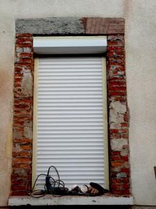 Etat intermédiaire avant restauration par un enduit imitation fausses briques